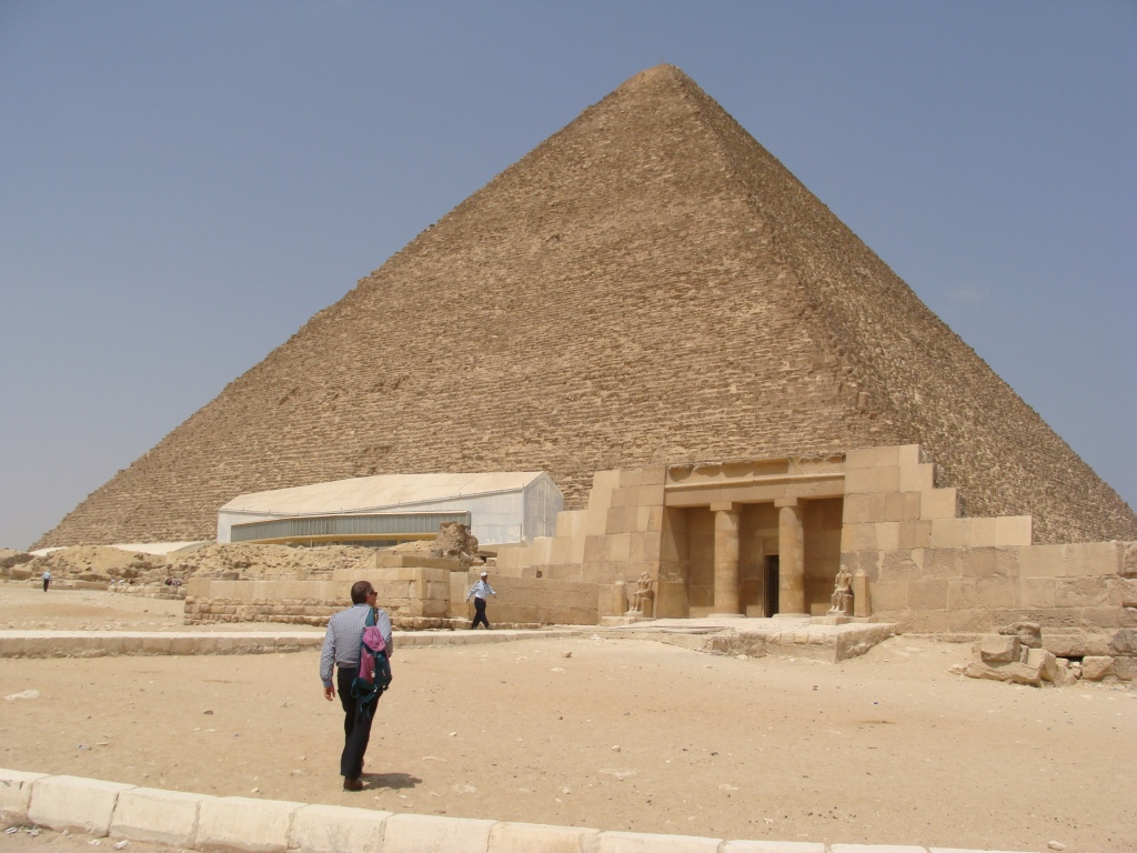 Norman heads towards the Great Pyramid of Khufu (Cheops).